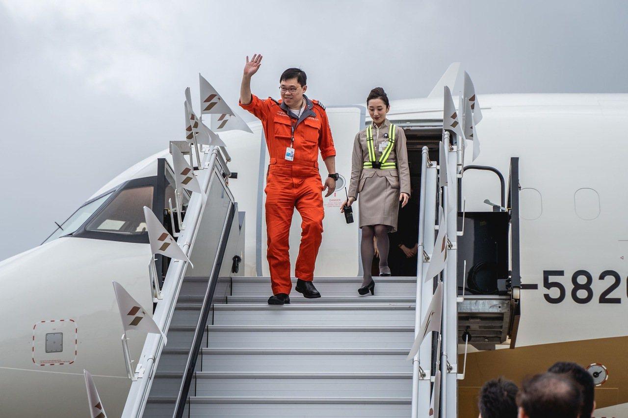 星宇航空董事長張國煒親自駕駛星宇首架A321neo新機於(28)日上午11時20...