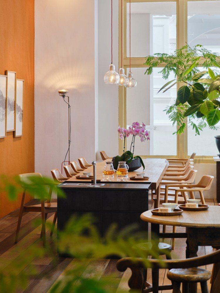 微熱山丘萊佛士酒店門市是》在當地首間且唯一的體驗門市所在,原味呈現源自台灣的奉茶...