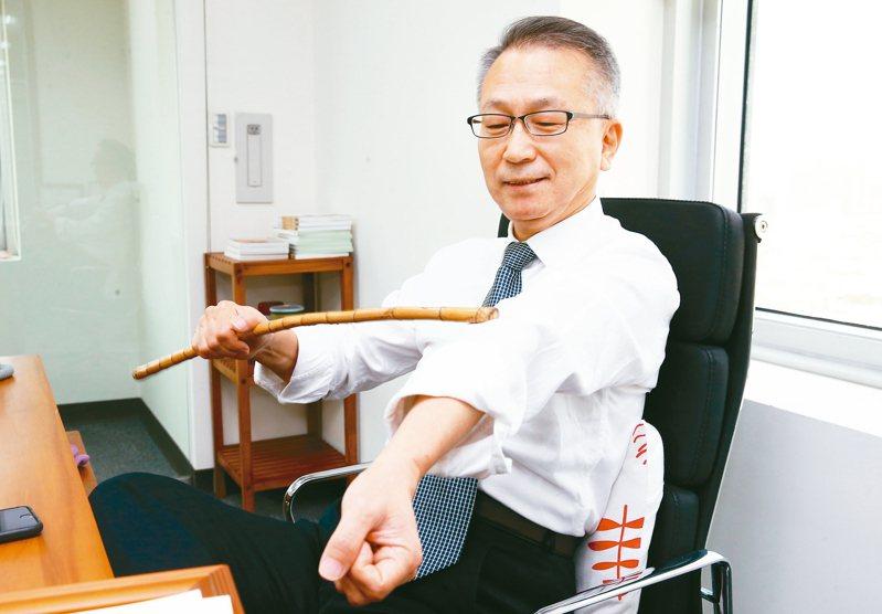 台北醫學大學公共衛生學系教授韓柏檉拍打身體,促進循環。 記者徐兆玄╱攝影