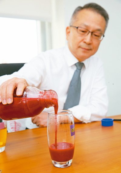 台北醫學大學公共衛生學系教授韓柏檉自製蔬果汁,補充一天營養。 記者徐兆玄╱攝影
