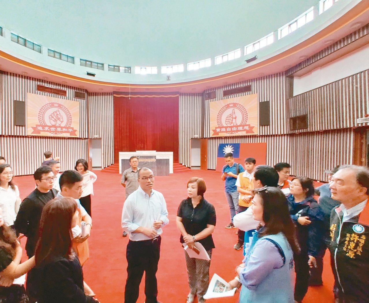 高雄市副市長葉匡時昨與多位議員走訪高雄市議會舊址,了解建物現況及招商籌備進度,並...