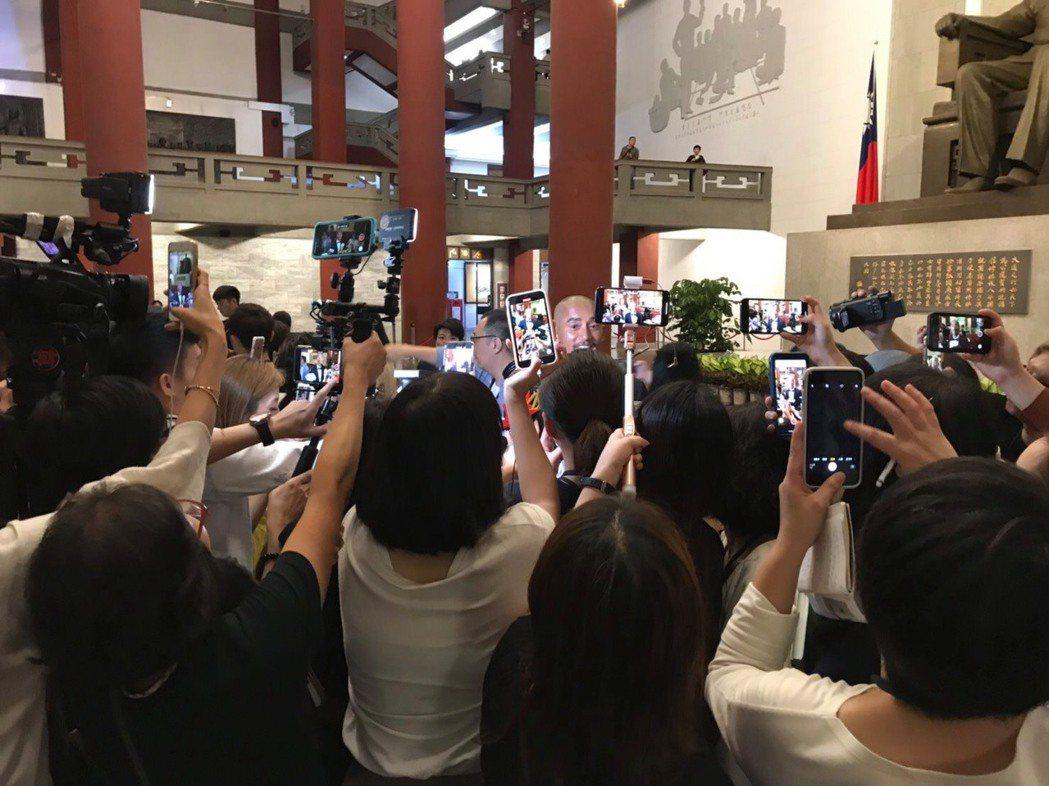 現在的文字記者都要兼攝影,常常會看到一群記者圍攻一個藝人。 記者葉君遠/攝影