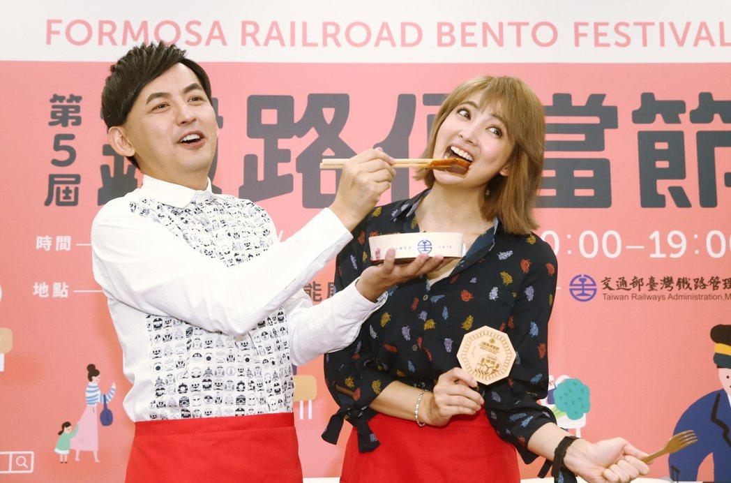 第五屆台鐵鐵路便當節將於11月1日開始,黃子佼(左)阿喜(右)大吃台鐵便當。記者...
