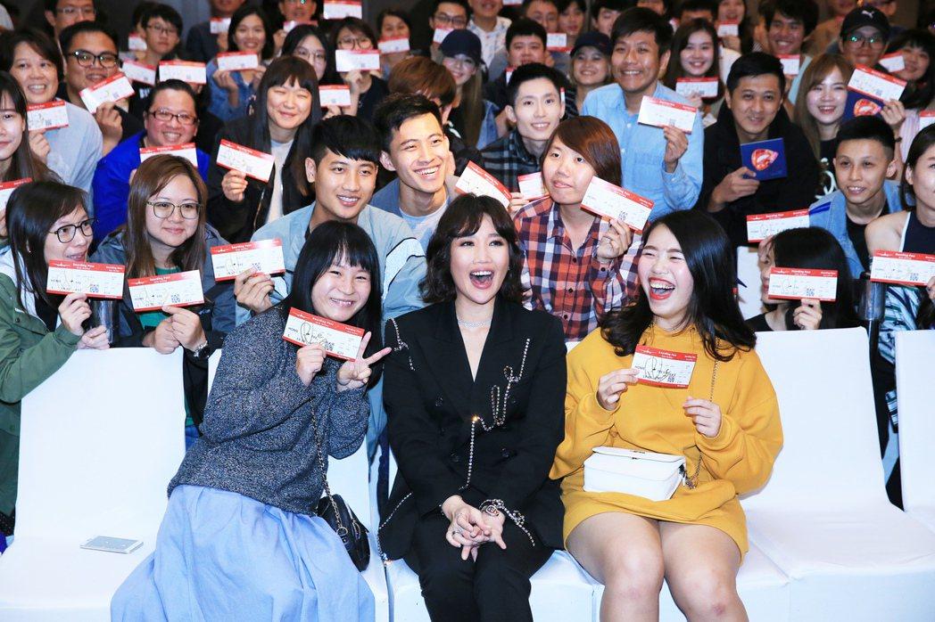 A Lin下午與歌迷同歡,宣布明年舉辦演唱會。記者潘俊宏/攝影