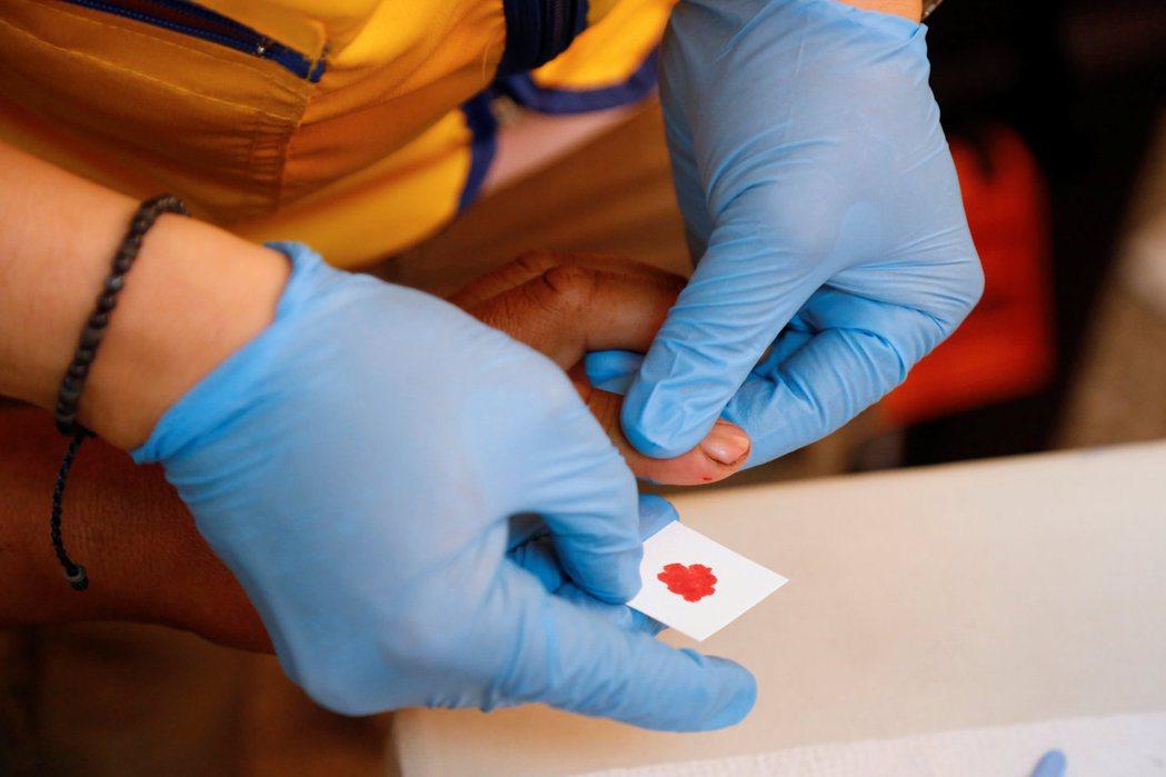 鑑識人員憑藉血液等組織樣本,就可比對DNA確認某人身分。(路透)