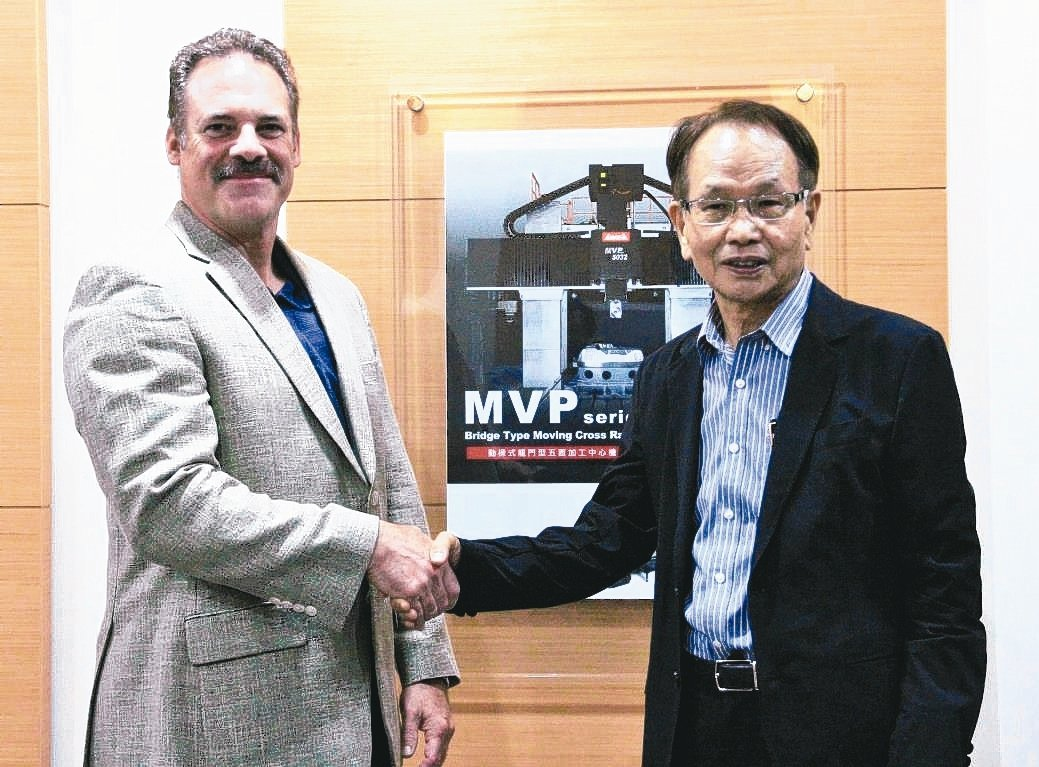程泰集團董事長楊德華(右)與合作10餘年的美國績優經銷商Michael Dahl...