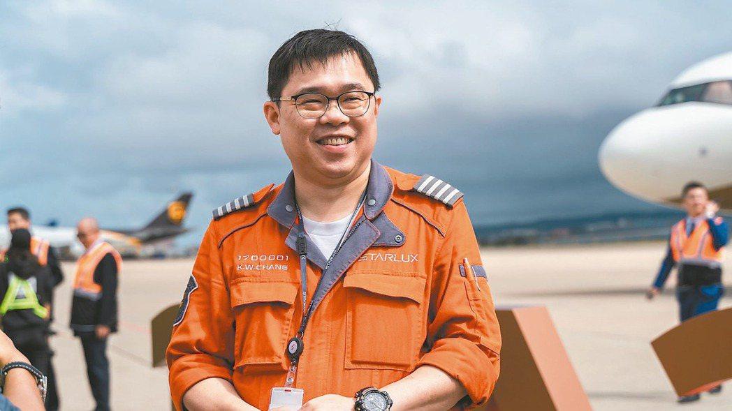 星宇航空董事長張國煒親駕旗下首架客機A321neo返台。 星宇/提供