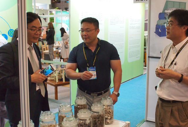 頂鋒機械林育成經理(右)介紹RDF成品。 工業局/提供