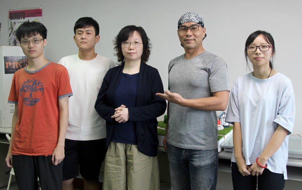 「數媒系」涂國雄老師(右二起)與Mecaman設計公司專家邱文美積極幫助學生走向...