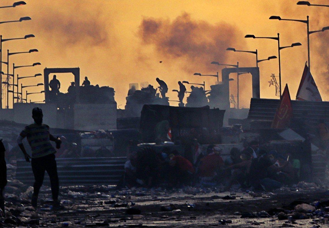 圖為27日,巴格達街頭抗爭景象。 圖/法新社