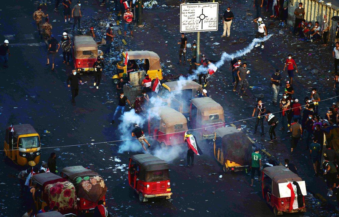 伊拉克中央政府28日晚間再度對首都巴格達頒布宵禁,並動員軍警部隊實彈鎮壓,試圖強...