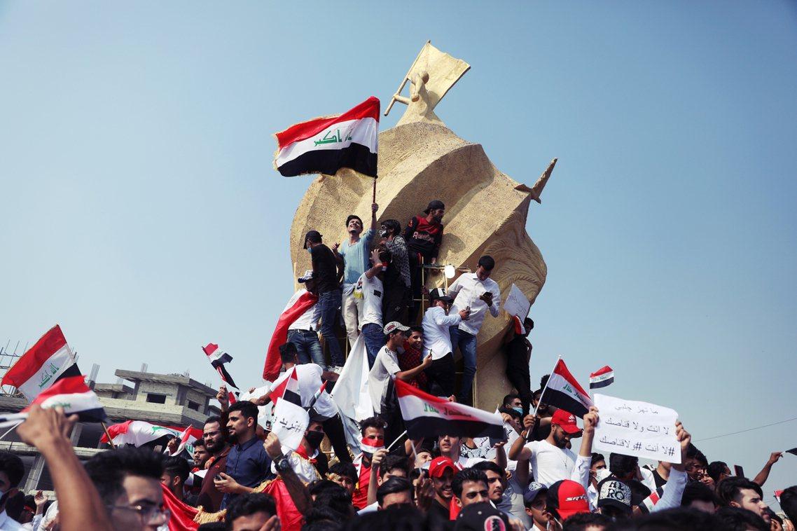 面對瞬間爆發的累積民怨,伊拉克中央政府一開始選擇了強硬鎮壓,但全國失序的衝突狀態...