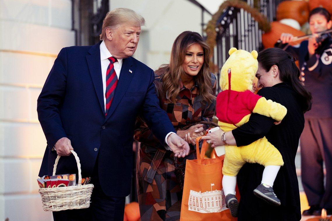 28日美國迎接萬聖節,照慣例的白宮發糖果依舊盛大舉行,美國總統川普與第一夫人梅拉...