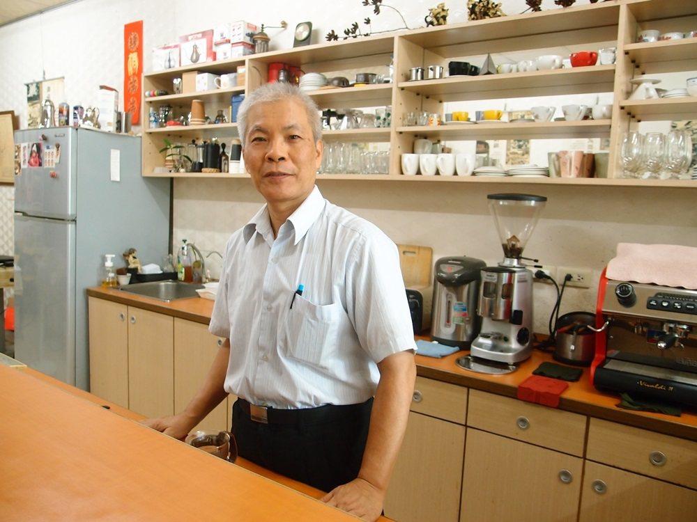 台南新化老街咖啡店老闆施進發從出版社經理退休後,轉換跑道經營咖啡店,從沒想到因此...