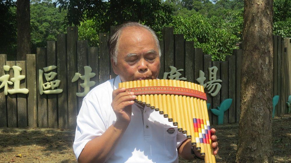 69歲商人蘇盛泉老來學樂器,獨當一面後四處表演,獨樂樂不如眾樂樂。 記者范榮達/...