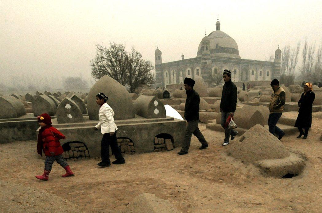 維吾爾人普遍相信人死後的靈魂會在墓地四周逗留,在家人過世、下葬後的數十日,死者的...