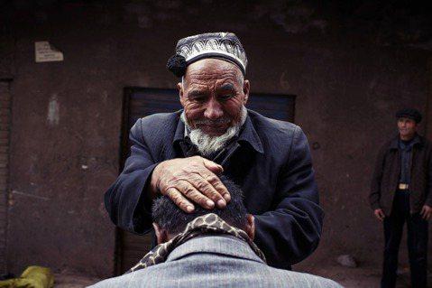 生老病死的喪葬與喜慶,在不同民族文化裏頭,有著各自獨特的傳統與意義。圖為維吾爾理...