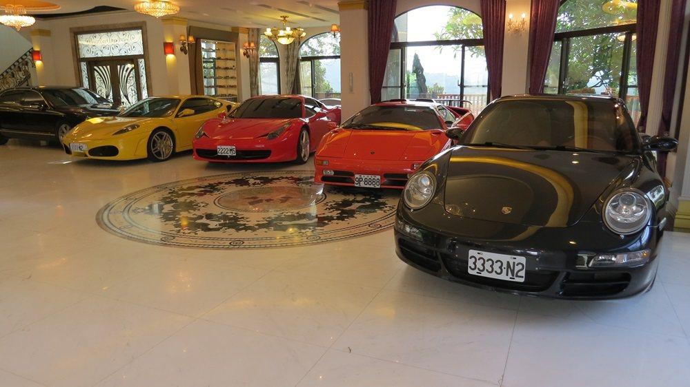 一字排開的保時捷等特殊車牌名車,一圓蘇盛泉年輕時的夢想。 記者范榮達/攝影