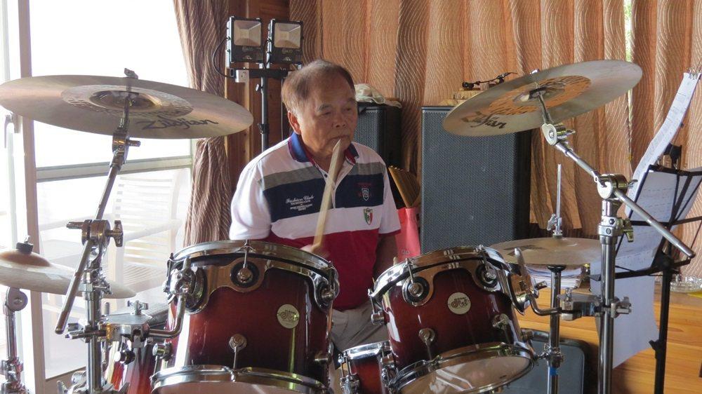 67歲蘇盛泉一年多前才開始學5種樂器,現在敲了一手好爵士鼓。