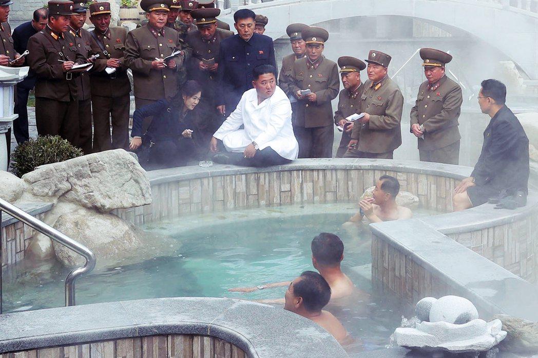 北韓領袖金正恩下令,在與南韓協商後撤除金剛山旅遊園區內的設施,讓南韓當局再次陷入...