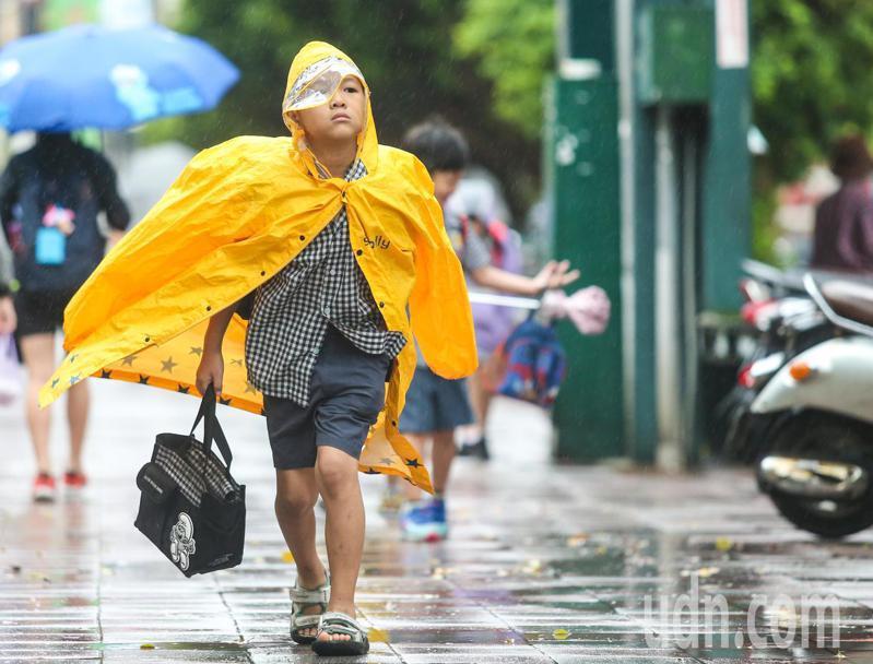 氣象局說,今天基隆北海岸有局部較大雨勢發生的機率。本報資料照片