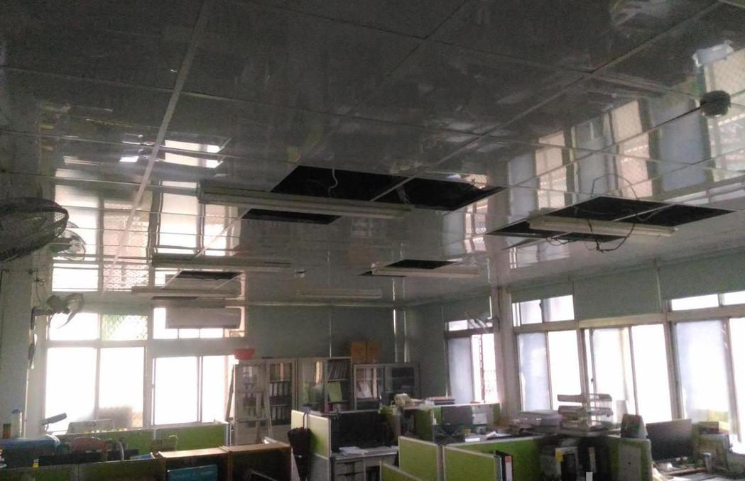 網友天花板多次被移動,懷疑有人躲在裡面,但其他人跳出來解答是「風壓」所致。示意圖...