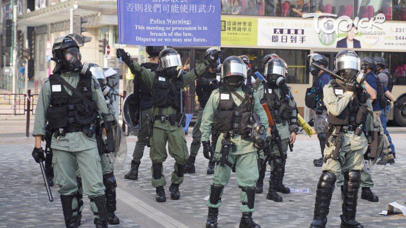 警方正在試行在示威現場警員制服上展示一張白色硬卡,寫有「行動呼號」,代表警員所屬的部隊、小隊和崗位。照片/香港經濟日報