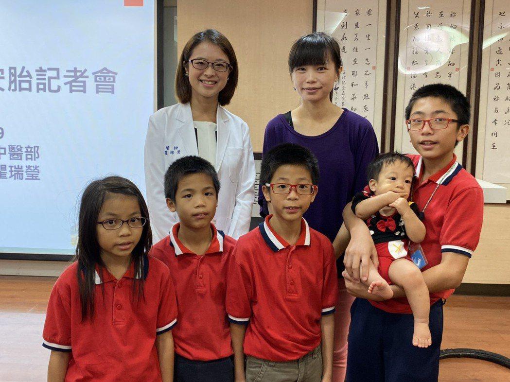 楊太太一家小朋友與瞿醫師合影。記者簡浩正/攝影