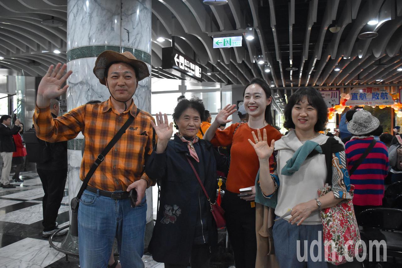 韓國遊客金姓一家人到花蓮家族旅遊,表示最想去太魯閣,吃小籠包和水果。記者王思慧/...