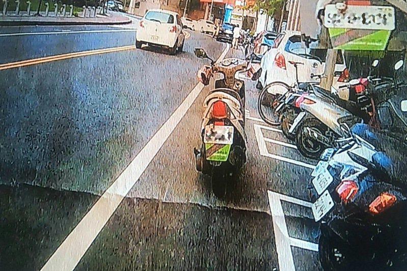 桃園市一民眾接小孩在機車格外臨停機車,警方依「併排停車」開單罰款2400元。記者曾增勳/翻攝