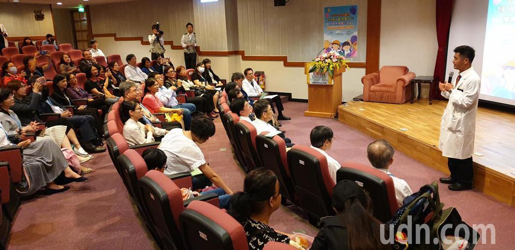 長庚眼科部主任吳為吉(右)說明特殊兒童視覺中心成立過程。記者鄭國樑/攝影