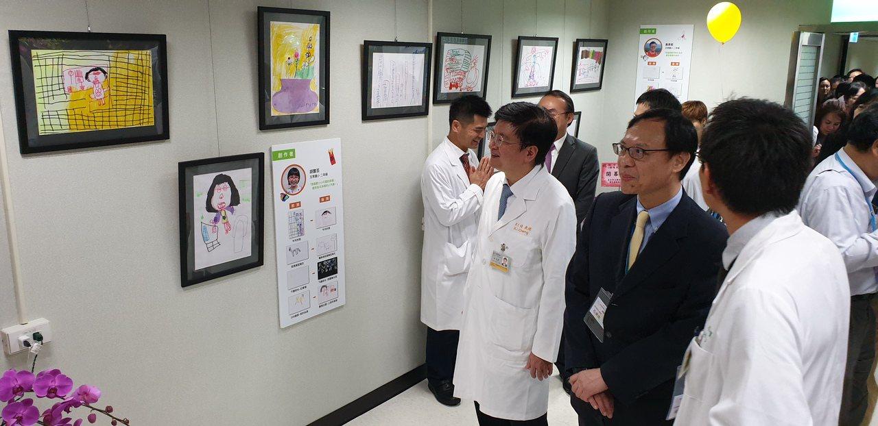 衛福部醫事司長石崇良(右2)參觀長庚特殊兒童視覺中心。記者鄭國樑/攝影