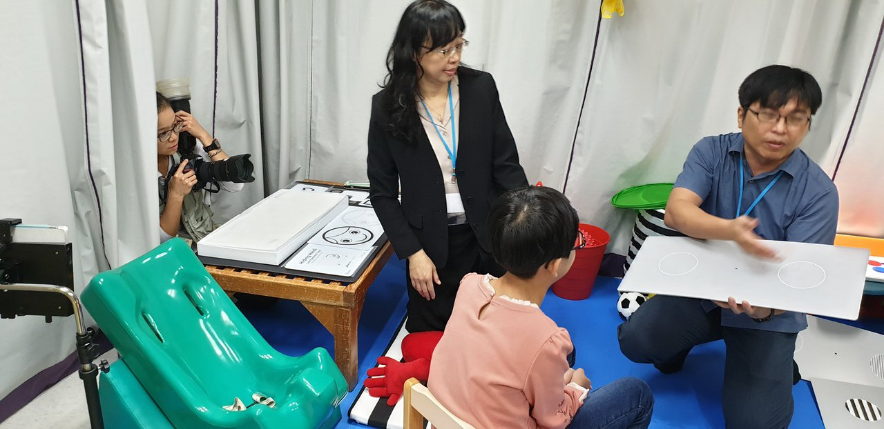 長庚特殊兒童視覺中心團隊解說中心的設備和功能。記者鄭國樑/攝影