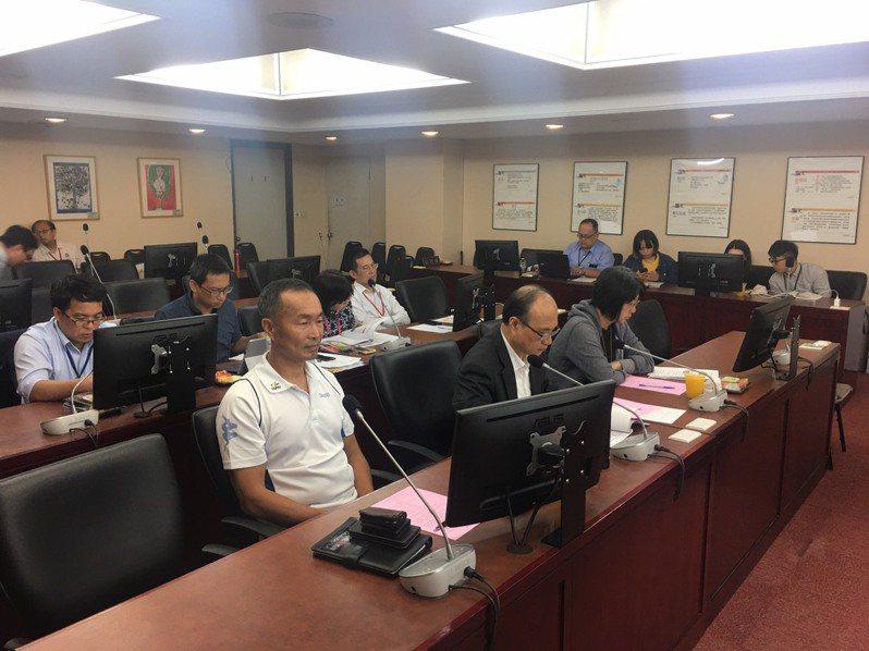 台北市議會教育委員會今天上午議員提案要求教育局承諾不得強制校園裝設販賣機。記者魏莨伊/攝影
