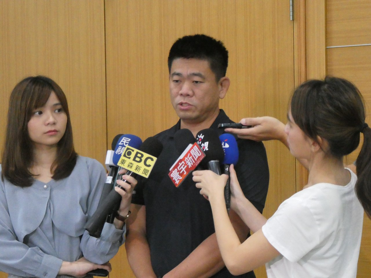國民黨主席吳敦義考慮自排入國民黨下屆不分區立委名單消息傳出後,近日有媒體民調發現...