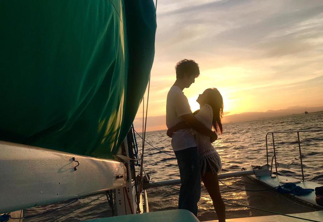 許書豪串通女友家人,在帆船上求婚成功。圖/上行娛樂提供
