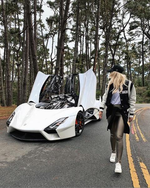 高級汽車品牌透過網紅介紹及宣傳產品。取自網紅赫斯基Instagram(@supe...