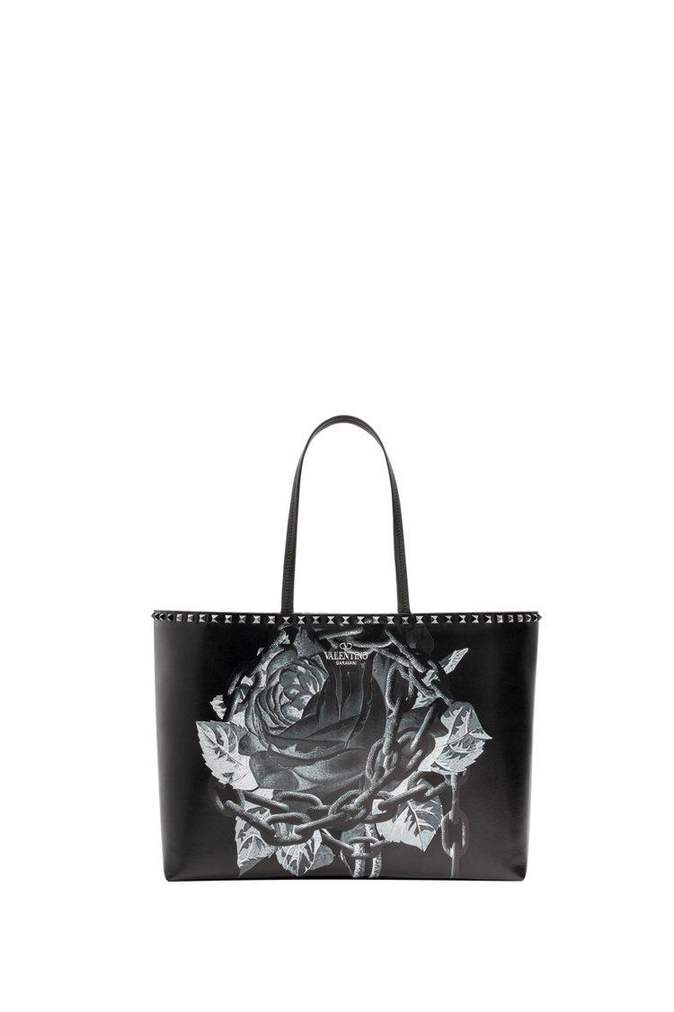 玫瑰鎖鏈圖紋鉚釘裝飾托特包,66,500元。圖/Valentino提供