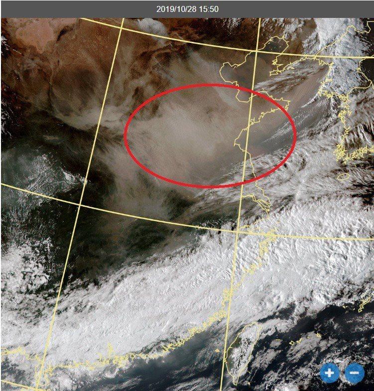 衛星雲圖可見沙塵飄移。圖/取自鄭明典臉書