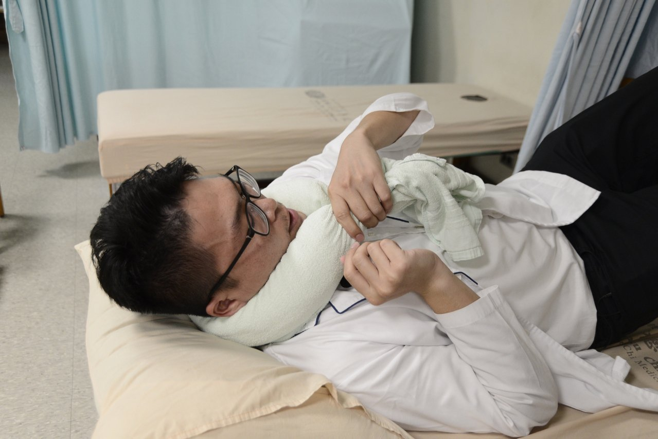 復健科物理治療師鄭翔瑋表示,當急性落枕發生時,可以準備二條浴巾,一條從短邊摺起來...