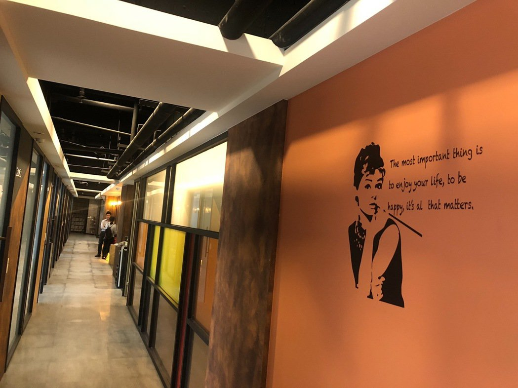 圓石禪飲、道騰商務中心、紅山設計資源整合,將看似無關聯的手搖飲、商業空間、展覽設...