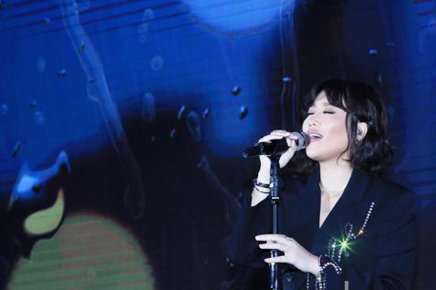 A-Lin今天下午與歌迷近距離接觸,以「LIN距離」音樂會,免費與歌迷一起同歡,幾首歌後,突然在主持人黃子佼的引導下,宣布將在2020年舉辦三場演唱會。A-Lin三度攻蛋與歌迷在二月十四日情人節相約...