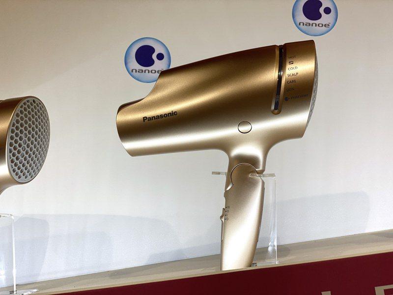 Panasonic將於12月推出台灣限定版粉金色EH-NA9B奈米水離子吹風機,建議售價5,490元。記者黃筱晴/攝影