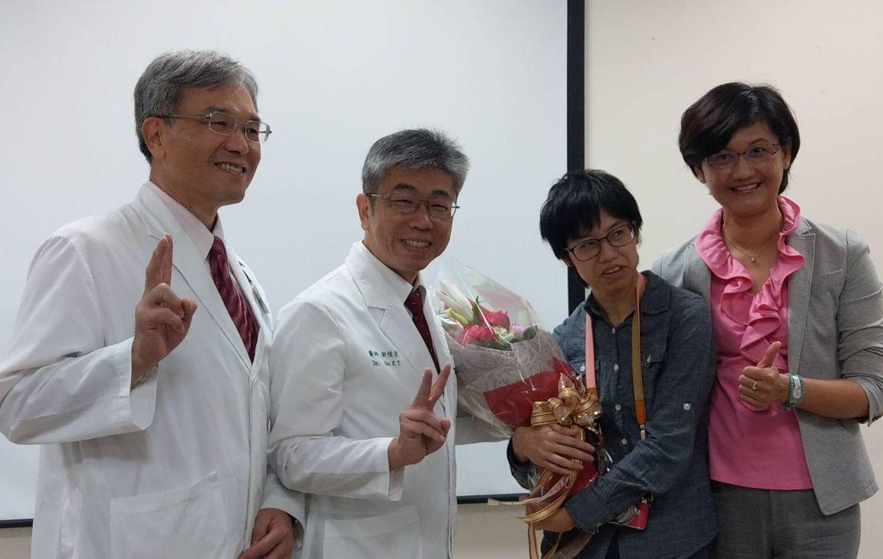 小兒科師郭煌宗(左二)獲今年早期療育棕櫚獎「終身成就獎」。記者趙容萱/攝影