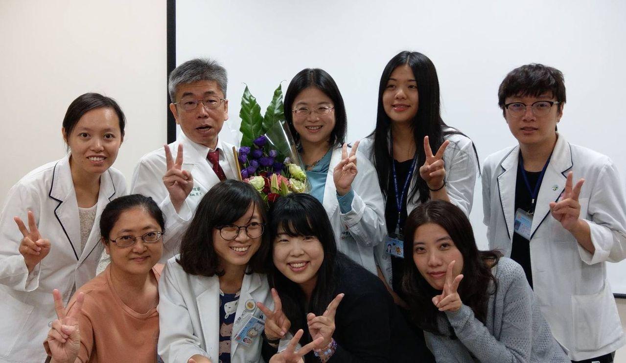 小兒科師郭煌宗(後排左二)獲今年早期療育棕櫚獎「終身成就獎」。記者趙容萱/攝影