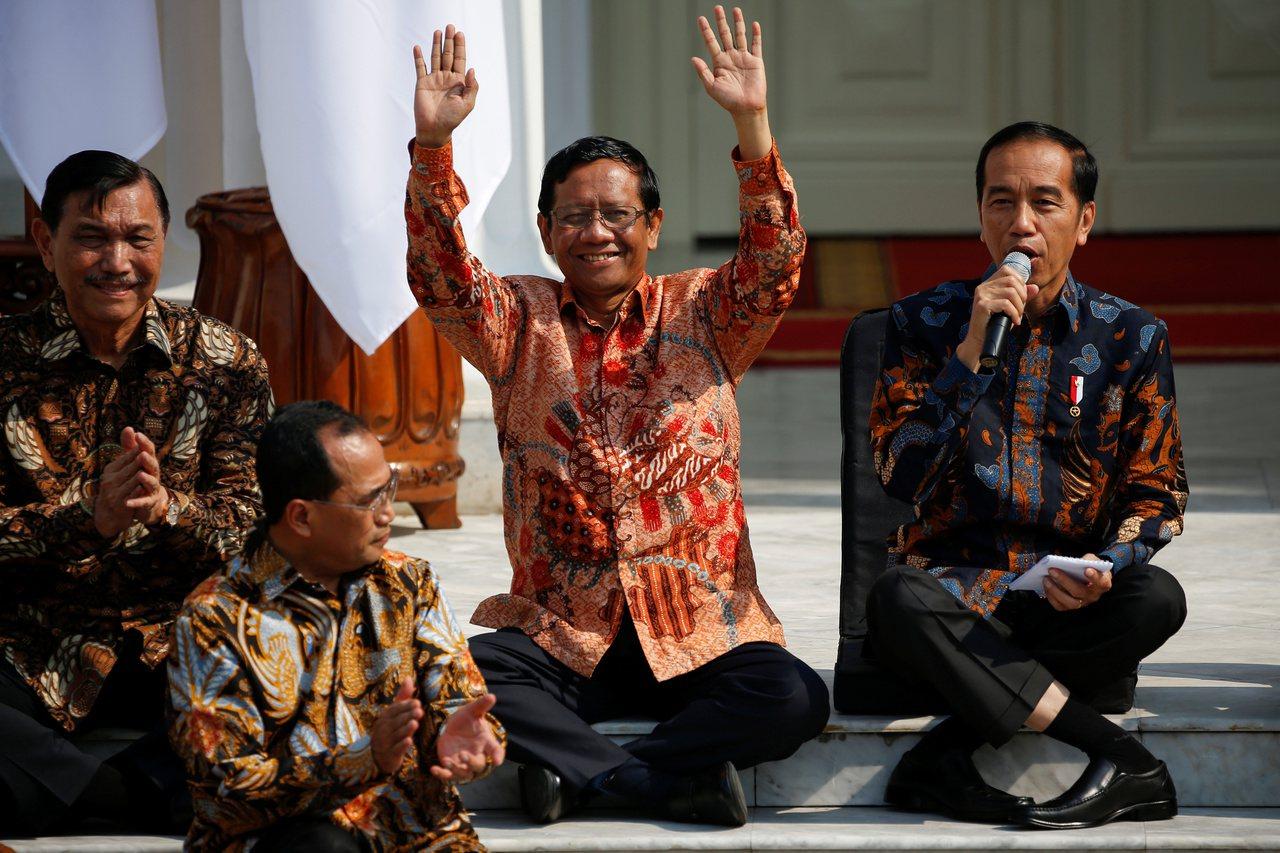 印尼總統佐科威(右)本月23日介紹內閣新成員時的獨特坐姿,引發模仿熱潮。舉雙手者...