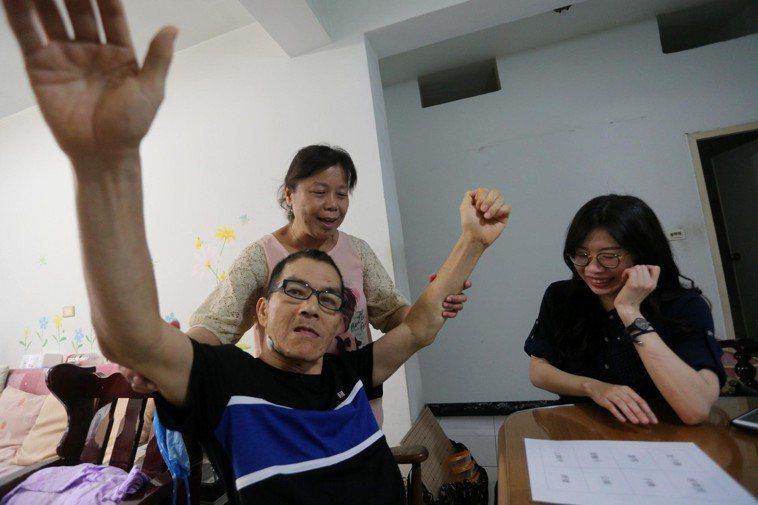 58歲的翁銘杰(中前)罹患亨丁頓舞蹈症,四肢不受控制的亂動,人生陷入低潮,直到在...
