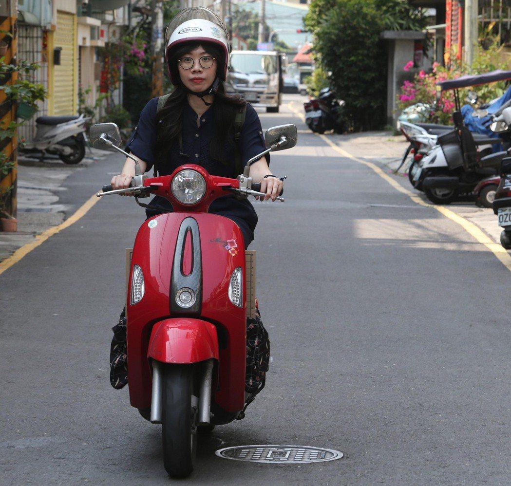 在宅復健團隊語言治療師施佳蓉每天騎著機車,穿梭在高雄市大街小巷,到不同病友家中,...