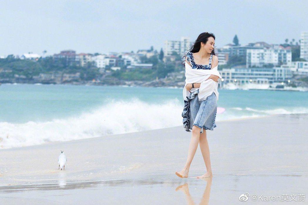 莫文蔚在澳洲開唱前,特別到雪梨海邊散步兼拍寫真集。圖/索尼提供