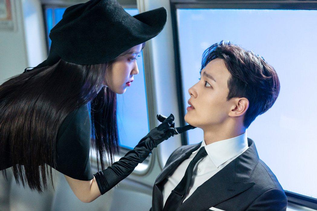 IU李知恩(右)戲中身為酒店女主人,對呂珍九頤指氣使。圖/八大提供